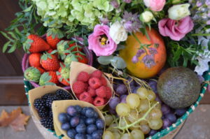 centro-bandeja-mimbre-frutas-flores